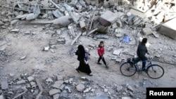 Nhà cửa đổ nát vì các cuộc không kích vào một khu vực do phiến quân kiểm soát ở Damascus, Syria, 18/11/2016.