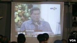 Aktivis antikorupsi menyaksikan pidato Presiden SBY yang meminta polisi dan jaksa menghentikan penyelidikan kasus korupsi terhadap dua pimpinan KPK tahun 2009 silam (foto: dok).