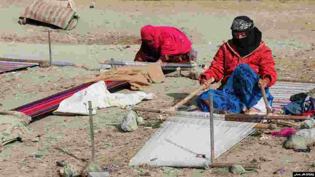 گلیم بافی یکی از کارهای رایج زنان در بامیان شمرده می شود