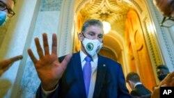 Thượng nghị sỹ Đảng Dân chủ đại diện West Virginia, Joe Manchin, nói với các phóng viên giữa lúc bỏ phiếu cho một dự luật tạm thời để giữ cho chính phủ không bị đóng cửa, tại Điện Capitol ở Washington hôm 30/9. Ông Manchin không ủng hộ gói kích cầu 3,5 nghìn tỳ USD của TT Biden.