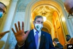 Senator Joe Manchin berbicara kepada seorang reporter saat berlangsungnya pemungutan suara mengenai RUU pendanaan sementara pemerintah untuk mencegah penutupan, di Gedung Capitol, Washington, 30 September 2021.