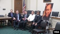 克里斯·史密斯众议员(左二)和中国人权活动人士在国会山纪念刘晓波获诺贝尔和平奖五周年。(2015年12月9日)