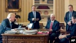 Las investigaciones y el inusual despido del asesor de Seguridad Nacional cuando sólo llevaba 24 días en el puesto han dejado a los republicanos en la incómoda posición de tener que investigar al líder de su partido.