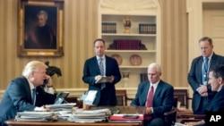 Predsednik SAD Donald Tramp razgovara telefonom sa ruskim liderom Vladimirom Putinom