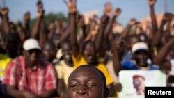 Une foule manifeste sur la place de la Révolution à Ouagadougou, Burkina Faso,28 ocobre 2014.