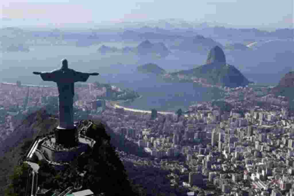 La estatua del Cristo Redentor, en el cerro Corcovado, es el mejor sitio para ver la extensión de la ciudad de Rio de Janeiro.