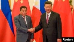 """中国国家主席习近平在2017年5月15日北京""""一带一路'""""论坛双边会晤中与菲律宾总统罗德里戈·杜特尔特握手。"""