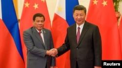 រូបឯកសារ៖ ប្រធានាធិបតីចិន ស៊ី ជីងពីង ចាប់ដៃជាមួយប្រធានាធិបតីហ្វីលីពីន Rodrigo Duterte នៅទីក្រុងប៉េកាំង កាលពីខែឧសភា។