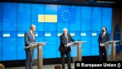Прем'єр-міністр України Денис Шмигаль на прес-конференції з верховним представником ЄС Жозепом Борелем та комісаром ЄС з питань сусідства Олівером Варгеї у Брюсселі 11 лютого 2021 р.