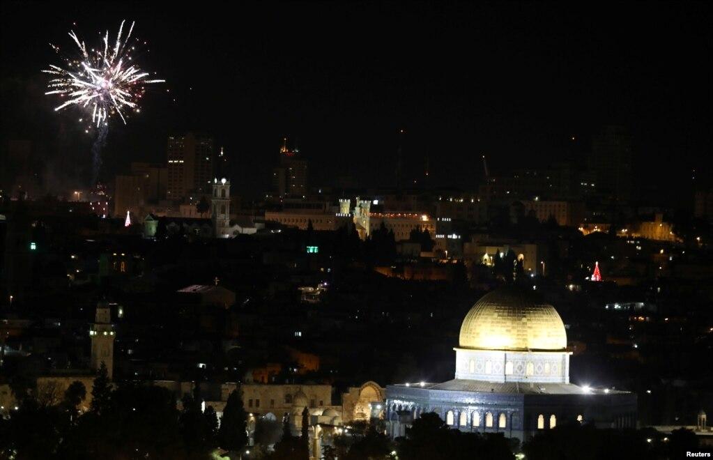 불꽃 폭죽이이스라엘 예루살렘의 올드시티 하늘을 화려하게 수놓고 있다.