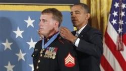 داکوتا مایر هنگام دریافت نشان افتخار از باراک اوباما رئیس جمهوری آمریکا در کاخ سفید - ۲۴ شهریور