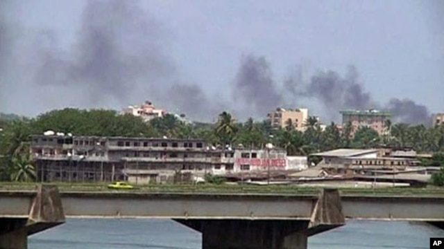 Smoke rises from the city center of Abidjan, Mar 31 2011