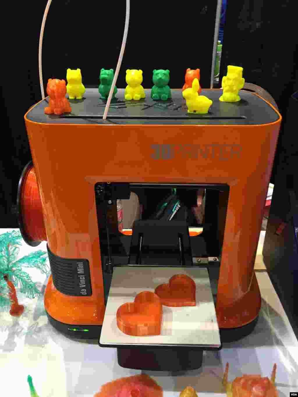 یکی از چالشهای اصلی استفاده همگانی از چاپگرهای سه بعدی قیمت بالای آنهاست. شرکت ایکس وای زی چاپگر سه بعدی ای را وارد بازار کرده که تنها دویست و هفتاد دلار قیمت دارد.