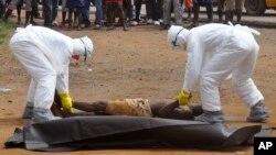Des personnels de santé dans Monrovia