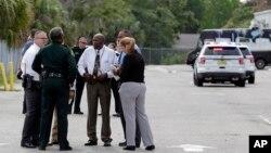 Представители американских властей обсуждают обстоятельства трагедии на складе недалеко от Орландо, штат Флорида. 5 июня 2017 г.