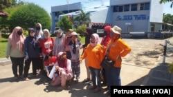 Perempuan Pejuang Kali Surabaya mendatangi Kantor Perum Jasa Tirta 1 di Surabaya, untuk menyerahkan surat yang meminta tanggung jawab instansi ini untuk ikut menjaga kebersihan sungai (Foto:VOA/Petrus Riski)