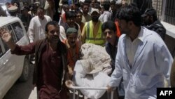 Волонтеры и персонал клиники Красного Креста транспортируют тело Халила Расджеда Дейла. Кветта, Пакистан
