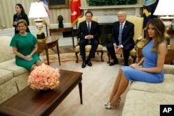 Los presidentes de Estados Unidos y Panamá y sus esposas en una breve sesión de fotografía en la Oficina Oval.