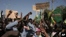 Warga Mali berdemonstrasi mendukung intervensi militer internasional untuk merebut kembali kontrol dari kelompok Islamis di Bamako, Mali (8/12).