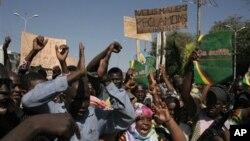 马里人在首都巴马科上街举行抗议,赞成国际社会军事干预,收复被伊斯兰激进分子控制的北部地区。(2012年12月8日)