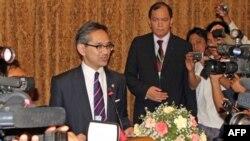 Ngoại trưởng Indonesia Marty Natalegawa nói chuyện với các phóng viên tại Rangoon, Miến Ðiện