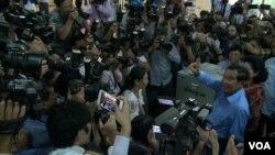 Thủ tướng Hun Sen và phu nhân tại một phòng phiếu.