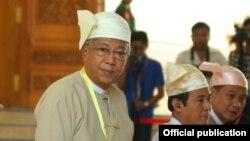 លោក ធិន ច (U Htin Kyaw) (ឆ្វេង) ជាប្រធានាធិបតីនៃសាធារណរដ្ឋសហភាពមីយ៉ាន់ម៉ា។