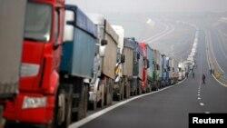 Kolona kamiona na graničnom prelazu