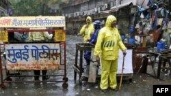 Cảnh sát Ấn Ðộ canh gác tại một trong ba địa điển bị đánh bom ở Mumbai, ngày 14/7/2011