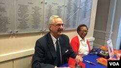 美国乔治·华盛顿大学政治学与国际关系学教授沈大伟(David Shambaugh)(左)星期四(3月24日)在华盛顿智库威尔逊学者中心为新书《中国的未来》签名。 (美国之音斯洋拍摄)