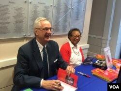 美国乔治·华盛顿大学政治学与国际关系学教授沈大伟(David Shambaugh)(左)在华盛顿智库威尔逊学者中心为新书《中国的未来》签名。 (2016年3月24日,美国之音斯洋拍摄)