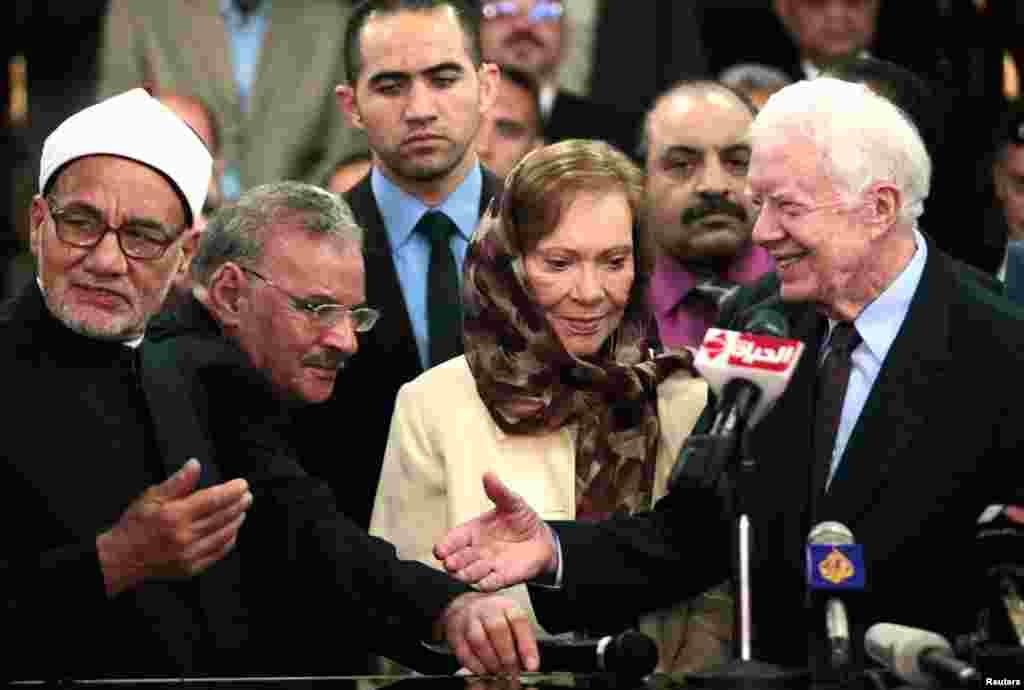 Колишній президент США Джимі Картер тисне руку єгипетському чиновнику. Заснована Картером організація здійснює моніторинг виборів у Єгипті.