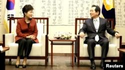 ປະທານາທິບໍດີ ເກົາຫຼີໃຕ້ ທ່ານນາງ Park Geun-hye ສົນທະນາກັບປະທານສະພາ ທ່ານ Chung Sye-kyun ໃນລະຫວ່າງ ການພົບປະກັນ ຢູ່ທີ່ສະພາແຫ່ງຊາດ ໃນນະຄອນຫຼວງໂຊລ ຂອງເກົາຫຼີໃຕ້, ວັນທີ 8 ພະຈິກ 2016.