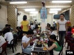 Các nữ phục vụ chuyển giới tại nhà hàng lẩu hải sản Thùy Linh, một địa điểm nổi tiếng dành cho giới LGBT ở Thành phố Hồ Chí Minh, 2/4/2013.