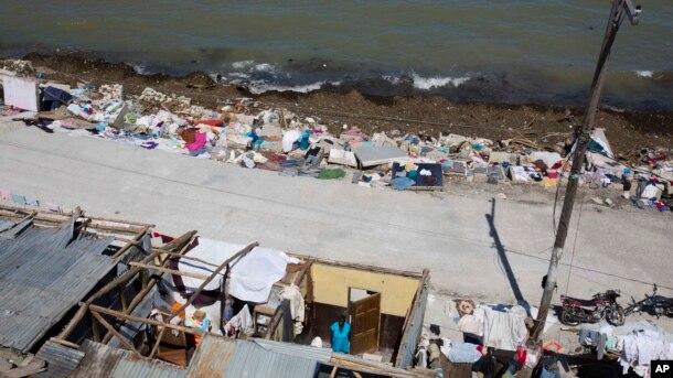 Chị Jislene Jean Baptiste đứng trong căn nhà bị tốc mái của mình sau khi bão Matthew đổ bộ Jeremie, Haiti, ngày 07 tháng 10 năm 2016.