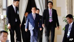 នាយករដ្ឋមន្រ្តីថៃ Prayuth Chan-ocha បានស្នើសុំឲ្យព្រះមហាក្សត្រថៃដកច្បាប់អាជ្ញាសឹកចេញ កាលពីថ្ងៃទី២ ខែមេសា ឆ្នាំ២០១៥។