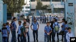 Палестинские школьники у школы, работа которой финансируется UNRWA