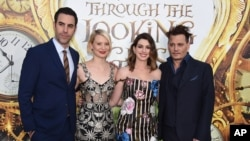 Dari kiri, Sacha Baron Cohen, Mia Wasikowska, Anne Hathaway dan Johnny Depp tiba di malam pemutaran perdana 'Alice Through the Looking Glass' di bioskop El Capitan hari Senin, 23 Mei 2016, di Los Angeles. (Foto: Jordan Strauss/Invision/AP)
