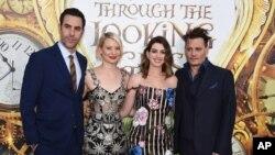 Dari kiri, Sacha Baron Cohen, Mia Wasikowska, Anne Hathaway dan Johnny Depp tiba di malam pemutaran perdana 'Alice Through the Looking Glass' di bioskop El Capitan hari Senin, 23 Mei 2016, di Los Angeles. (Foto: Jordan Strauss/Invision/AP)