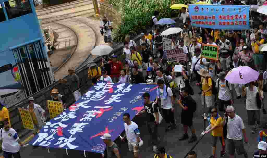 香港民陣展示遊行正式起步用的大型標語。(美國之音湯惠芸拍攝)