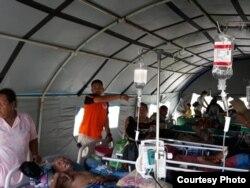 Para pasien RSUD Banggai Laut yang masih dirawat di tenda-tenda darurat pasca gempa bumi kuat yang mengguncang Sulawesi Tengah pada Jumat (12/4) malam. Foto diambil Sabtu, 13 April 2019. (Foto: BPBD Kabupaten Banggai Laut, Sulawesi Tengah)
