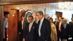 Pakistan's Foreign Minister Shah Mehmood Qureshi, right, walks with his Indian counterpart S.M. Krishna, left, as they arrive for talks at the Foreign Ministry in Islamabad, 15 July 2010