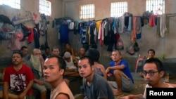 Prisoners sit on a bench inside the Sialang Bungkuk jail in Pekanbaru, on Indonesia's Sumatra island, May 7, 2017. (Antara Foto/Priyatno via Reuters)