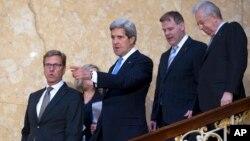 11일 영국 런던에서 열린 G8 외무장관 회담에 참석한 각국 외무장관들이 기자회견장으로 이동 중이다. 존 케리 미국 국무장관(왼쪽 두번째)이 귀도 베스터벨레 독일 외무장관과 대화를 나누고 있다.