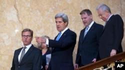 美国国务卿克里(中)、德国外长韦斯特韦勒(左),以及加拿大和意大利外长4月11日在伦敦走下楼梯,出席一个记者会