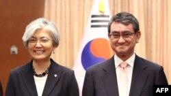 강경화 한국 외교장관과 고노 다로 일본 외무상.