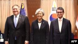 마이크 폼페오 미국 국무장관(왼쪽부터)과 강경화 한국 외교장관, 고노 다로 일본 외무상이 지난해 6월 서울에서 3자회담에 앞서 기념촬영을 했다.