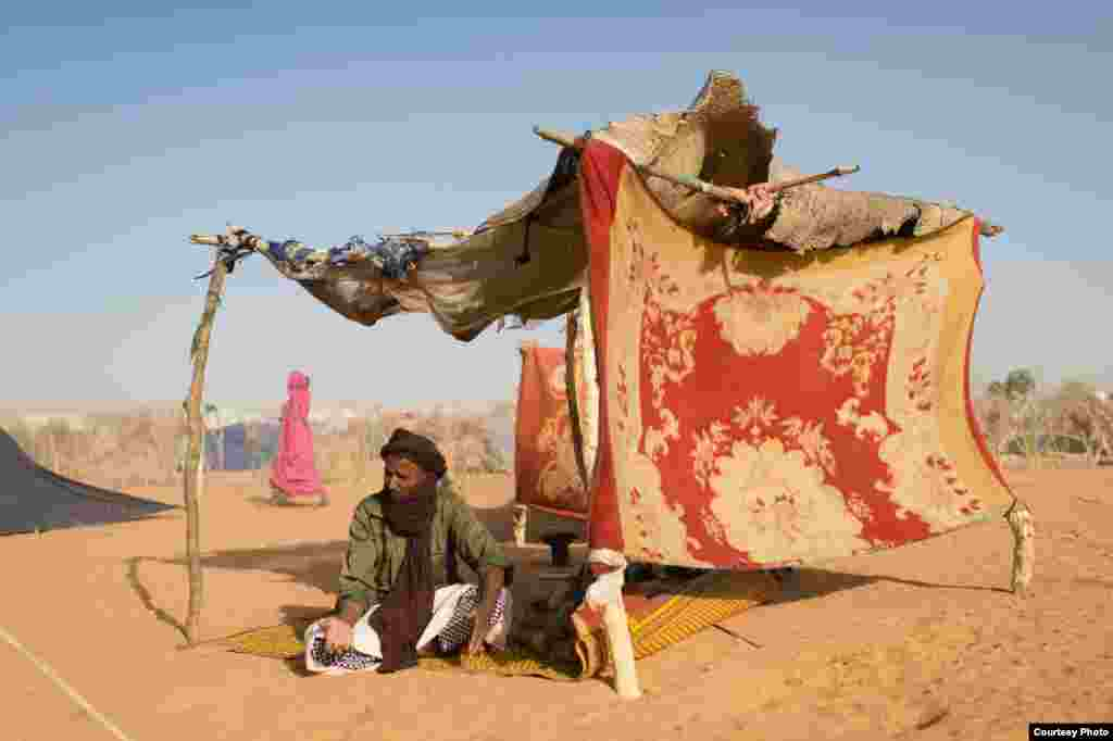 Houmou Ag Mamili, who was registered as having arrived in the the Mbera camp for Malian refugees in Mauritania in November, had still not received a tent on March 11, 2013. (Nyani Quarmyne/MSF)