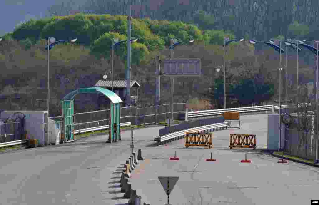 An open gate at a military checkpoint of the inter-Korean transit office in the border city of Paju on April 29, 2013.