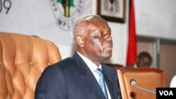 Jovens querem a sua companhia. Presidente de Angola, José Eduardo dos Santos (Foto Novo Jornal)